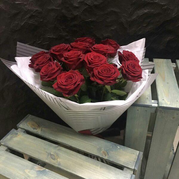 15 красных Российских роз 60см в упаковке