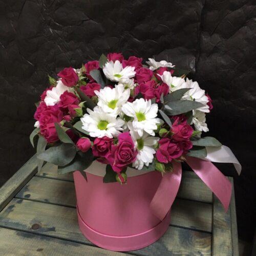 Цилиндр с кустовой розой и хризантемой