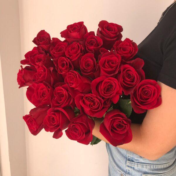 25 красных импортных роз 60см