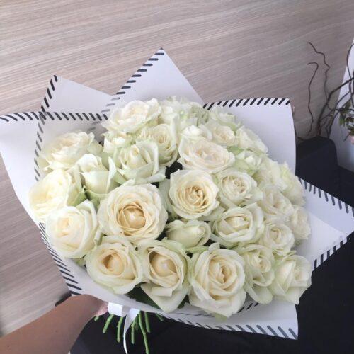 31 белая роза в стильном оформлении