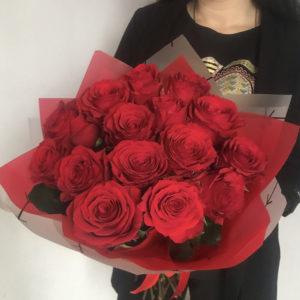 15 красных импортных роз в фирменной упаковке