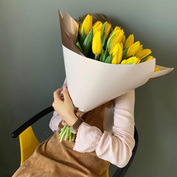Букет из 19 желтых тюльпанов