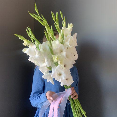 Букет из белых гладиолусов