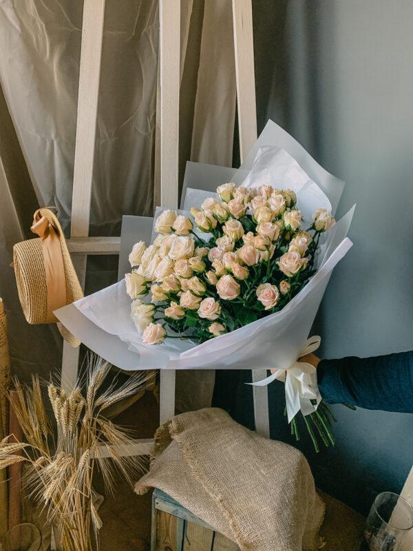 Букет кремовых кустовых роз (13шт)
