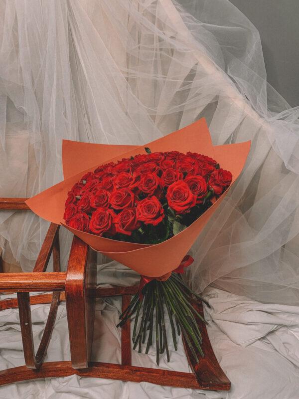 51 роза в стильной упаковке