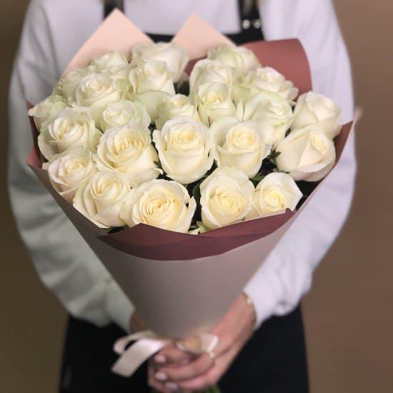 Букет из 25 белых эквадорских роз в стильной упаковке
